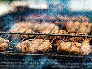 Печени свински кюфтета с подправки на скара и гарнитура от варени картофи и зелена салата